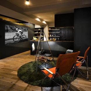 他の地域のコンテンポラリースタイルのおしゃれなLDK (黄色い壁、無垢フローリング、茶色い床) の写真