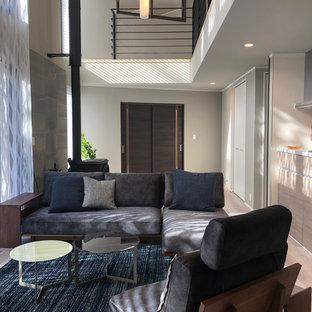 Foto på ett stort funkis vardagsrum, med ett finrum, grå väggar, plywoodgolv, grått golv och en fristående TV