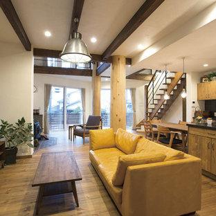 名古屋のアジアンスタイルのおしゃれなLDK (白い壁、無垢フローリング、薪ストーブ、据え置き型テレビ、レンガの暖炉まわり、茶色い床) の写真