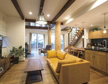 大屋根と三角窓が特徴の木の温もりを感じる家