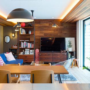 他の地域の中サイズのミッドセンチュリースタイルのおしゃれなリビング (マルチカラーの壁、淡色無垢フローリング、据え置き型テレビ、ベージュの床) の写真