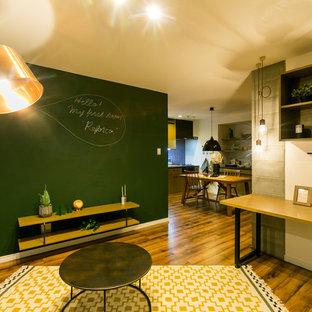 他の地域の北欧スタイルのおしゃれなLDK (マルチカラーの壁、塗装フローリング、茶色い床) の写真
