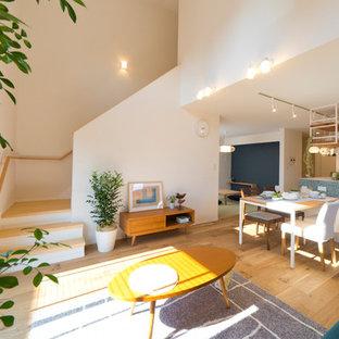 他の地域の北欧スタイルのおしゃれなリビング (白い壁、無垢フローリング、茶色い床) の写真