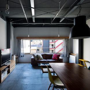 Ispirazione per un piccolo soggiorno industriale aperto con pareti grigie, pavimento in cemento, pavimento grigio e TV autoportante