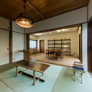 Modelo de salón para visitas de estilo zen, pequeño, sin chimenea y televisor, con paredes blancas, tatami y suelo verde