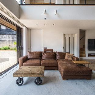 京都のインダストリアルスタイルのおしゃれなLDK (白い壁、コンクリートの床、壁掛け型テレビ、グレーの床) の写真