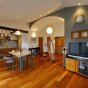 他の地域のミッドセンチュリースタイルのおしゃれなLDK (マルチカラーの壁、無垢フローリング、据え置き型テレビ、茶色い床) の写真