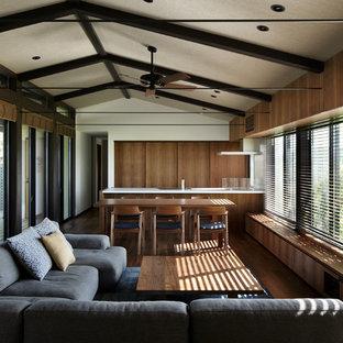Foto de salón abierto, minimalista, sin chimenea y televisor, con paredes marrones y suelo de madera en tonos medios