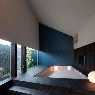 他の地域のコンテンポラリースタイルのおしゃれなリビング (マルチカラーの壁、塗装フローリング、黒い床) の写真