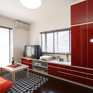 Ispirazione per un soggiorno con pareti bianche, pavimento in compensato, nessun camino, TV autoportante e pavimento marrone
