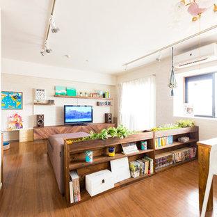 他の地域のエクレクティックスタイルのおしゃれなLDK (白い壁、合板フローリング、暖炉なし、据え置き型テレビ、茶色い床) の写真
