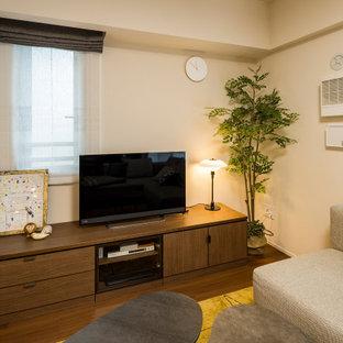 Mittelgroßes, Offenes Nordisches Wohnzimmer ohne Kamin mit weißer Wandfarbe, braunem Holzboden, freistehendem TV, Tapetendecke und Tapetenwänden in Tokio