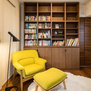 Nordisk inredning av ett mellanstort allrum med öppen planlösning, med vita väggar, mellanmörkt trägolv och en fristående TV