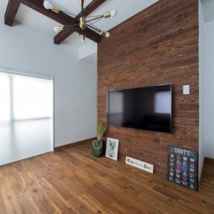 Diseño de salón abierto, papel pintado y madera, clásico, pequeño, madera, sin chimenea, con paredes marrones, suelo de madera en tonos medios, televisor colgado en la pared, suelo marrón, papel pintado y madera
