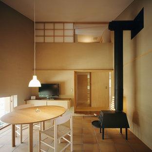 東京23区のアジアンスタイルのおしゃれなリビング (ベージュの壁、薪ストーブ、据え置き型テレビ) の写真