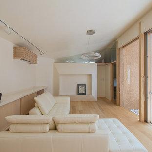 福岡のモダンスタイルのおしゃれなリビング (白い壁、無垢フローリング、茶色い床) の写真
