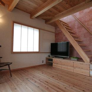 他の地域の中くらいのモダンスタイルのおしゃれなLDK (ピンクの壁、無垢フローリング、据え置き型テレビ、ピンクの床) の写真