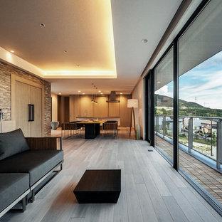 Пример оригинального дизайна: парадная, открытая гостиная комната в стиле модернизм с бежевыми стенами, полом из фанеры, отдельно стоящим ТВ и серым полом без камина