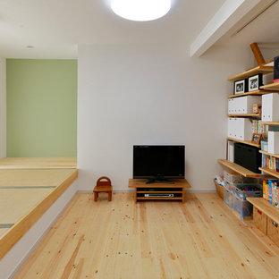 他の地域のアジアンスタイルのおしゃれな独立型リビング (ライブラリー、白い壁、淡色無垢フローリング、据え置き型テレビ、ベージュの床) の写真