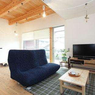 他の地域のアジアンスタイルのおしゃれなリビング (白い壁、淡色無垢フローリング、据え置き型テレビ、茶色い床) の写真