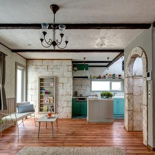 Idées Déco Pour Un Salon Romantique Ouvert Avec Un Mur Blanc, Un Sol En Bois