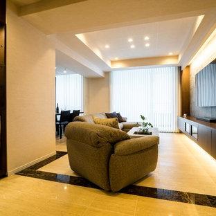 東京23区のモダンスタイルのおしゃれなリビング (白い壁、大理石の床、壁掛け型テレビ、ベージュの床) の写真
