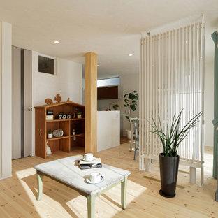 他の地域の小さいカントリー風おしゃれなLDK (白い壁、淡色無垢フローリング、茶色い床) の写真
