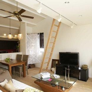 東京23区のアジアンスタイルのおしゃれなLDK (白い壁、塗装フローリング、据え置き型テレビ、ベージュの床) の写真