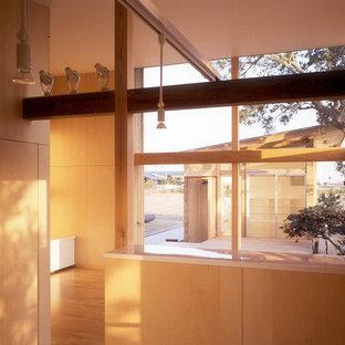 Неиссякаемый источник вдохновения для домашнего уюта: большая открытая гостиная комната в скандинавском стиле с бежевыми стенами, полом из фанеры и коричневым полом
