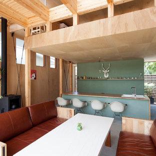 Idee per un piccolo soggiorno etnico aperto con pareti bianche, pavimento in cemento, stufa a legna e cornice del camino in metallo