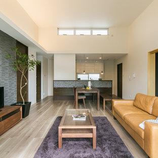 他の地域のコンテンポラリースタイルのおしゃれなリビング (白い壁、塗装フローリング、据え置き型テレビ、茶色い床) の写真