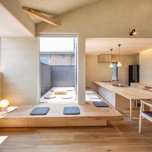 他の地域のアジアンスタイルのおしゃれなリビング (ベージュの壁、淡色無垢フローリング、茶色い床) の写真