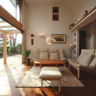 他の地域のアジアンスタイルのおしゃれなLDK (無垢フローリング、ベージュの壁、テレビなし、茶色い床) の写真