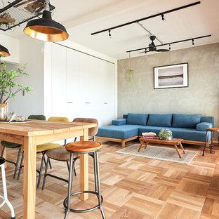 他の地域のラスティックスタイルのおしゃれなリビング (グレーの壁、無垢フローリング、ベージュの床) の写真