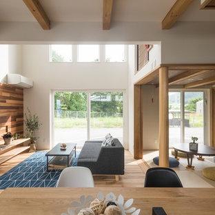 他の地域の大きい和風のおしゃれなLDK (白い壁、無垢フローリング、暖炉なし、ベージュの床) の写真