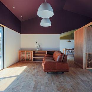 Modelo de salón de estilo zen con paredes blancas, suelo de madera clara y suelo marrón