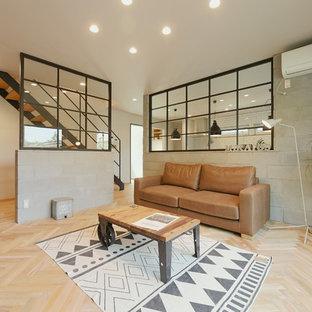 他の地域のインダストリアルスタイルのおしゃれなリビング (白い壁、淡色無垢フローリング、ベージュの床) の写真