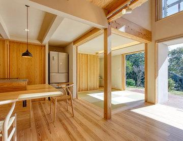 山頂に建つ伊豆石アプローチの家