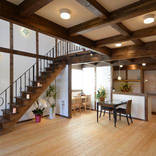 他の地域の和風のリビング・居間の画像 (白い壁、淡色無垢フローリング、LDK、茶色い床)