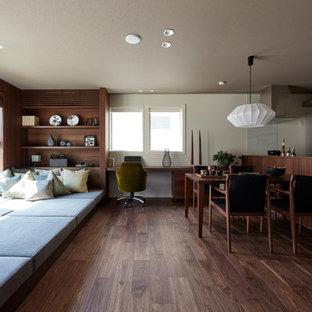 Imagen de salón de estilo zen con paredes blancas, suelo de madera oscura y suelo marrón