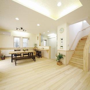 他の地域の中サイズのモダンスタイルのおしゃれなLDK (フォーマル、白い壁、淡色無垢フローリング、暖炉なし、据え置き型テレビ、ベージュの床) の写真