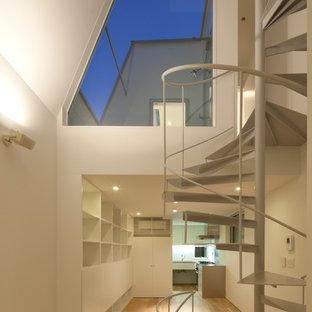 Esempio di un soggiorno minimalista con sala formale, pavimento in compensato, nessun camino, TV a parete e pavimento beige