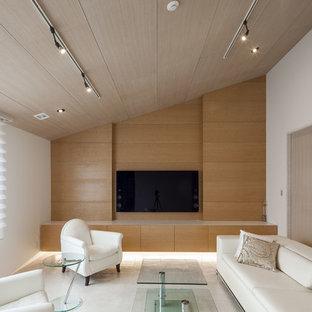 他の地域のコンテンポラリースタイルのおしゃれなリビング (マルチカラーの壁、壁掛け型テレビ、グレーの床) の写真