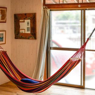 На фото: открытая гостиная комната в морском стиле с белыми стенами, паркетным полом среднего тона, коричневым полом, потолком с обоями и обоями на стенах без камина с
