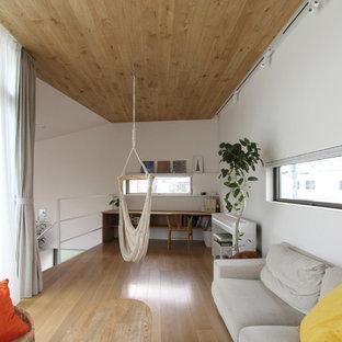 東京都下の北欧スタイルのリビング・居間の画像 (白い壁、淡色無垢フローリング、ベージュの床)