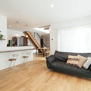 他の地域のコンテンポラリースタイルのおしゃれなLDK (白い壁、淡色無垢フローリング、暖炉なし、ベージュの床) の写真