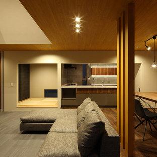 Foto di un grande soggiorno minimalista stile loft con pareti beige, pavimento con piastrelle in ceramica, nessun camino, TV a parete, pavimento grigio, soffitto in perlinato e carta da parati