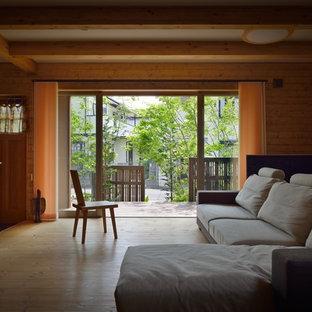 他の地域のアジアンスタイルのおしゃれなリビング (茶色い壁、無垢フローリング、茶色い床) の写真