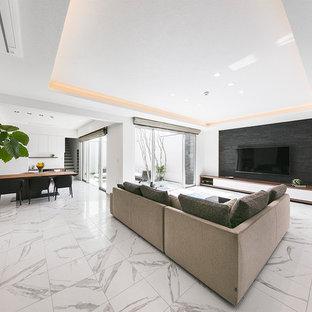 大きいコンテンポラリースタイルのおしゃれなLDK (フォーマル、白い壁、壁掛け型テレビ、白い床、大理石の床) の写真