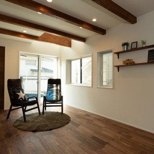 Industrial Wohnzimmer ohne Kamin mit weißer Wandfarbe, dunklem Holzboden, braunem Boden, Tapetendecke und Tapetenwänden in Kobe